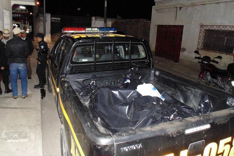 Los cuerpos de primos ultimados en Mataquescuintla son trasladados a la morgue del Inacif, en Jalapa. (Foto Prensa Libre: Hugo Oliva)