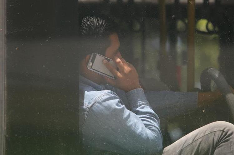 Expertos aseguran que usar el celular mientras se viaja en bus es un riesgo.