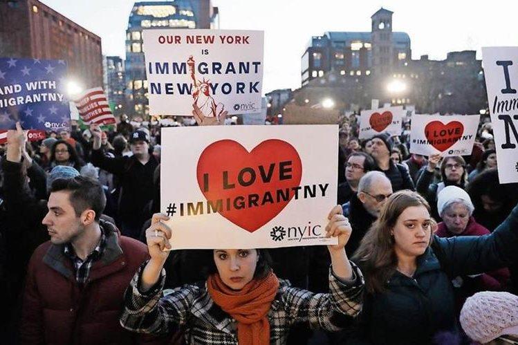 Activistas y migrantes protestan en Nueva York contra medidas inmigratorias de Trump. (Foto: Hemeroteca PL)
