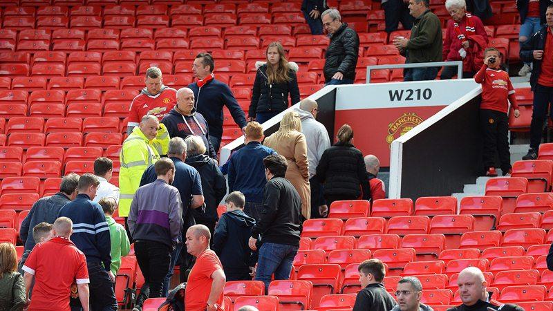 La afición del United no pudo ver jugar a su equipo y fueron evacuados por precaución. (Foto Prensa Libre: EFE)