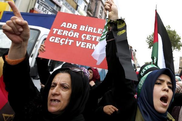 """<p>Un grupo de mujeres turcas grita consignas anti-Israel durante una protesta contra los ataques israelíes sobre Gaza en Estambul (Foto Prensa Libre: EFE)<br _mce_bogus=""""1""""></p>"""