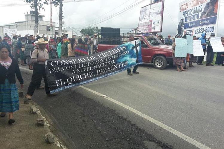 Campesinos bloquean el ingreso a Santa Cruz del Quiché, para exigir el resarcimiento del Estado. (Foto Prensa Libre: Óscar Figueroa)