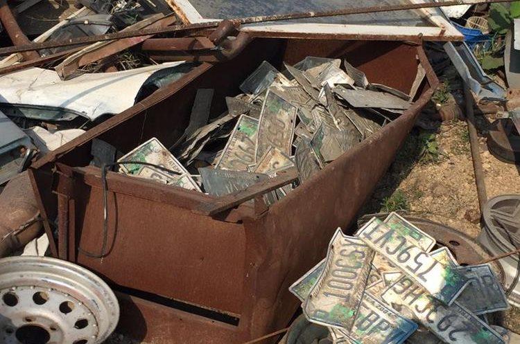 Placas halladas entre la chatarra de automotores. Foto Prensa Libre: MP