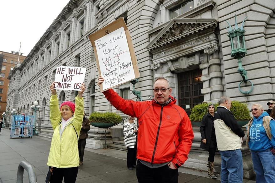 Manifestantes protestan en contra de la prohibición de viajar a Estados Unidos de ciudadanos de siete países musulmanes, frente a la corte del noveno circuito de apelación de San Francisco. (Foto Prensa Libre: EFE)