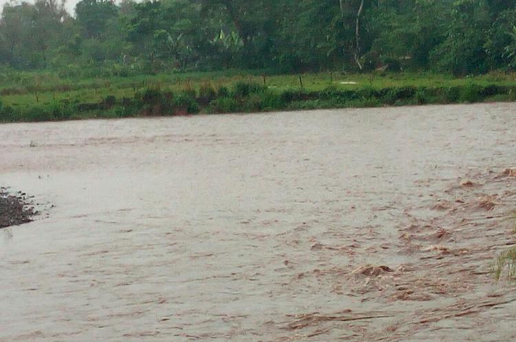 Los ríos en la Costa Sur pueden representar un riesgo para pobladores y automovilistas. (Foto Prensa Libre: Cristian Icó)