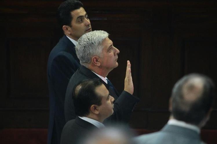 Herbert Melgar Padilla es juramentado en el pleno del Congreso de la República. (Foto Prensa Libre: Álvaro Interiano)