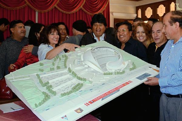 Evo Morales,  presidente de Bolivia, comparte con músicos de ese país. (Foto Prensa Libre: AFP)