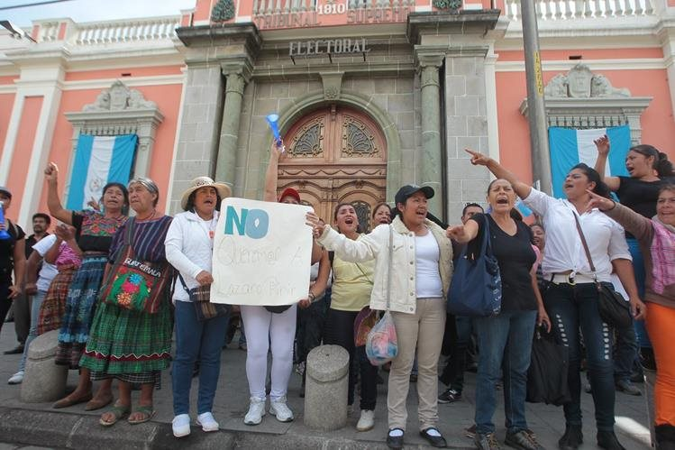 Personas provenientes de San Juan Sacatepequez protestaron frente al Tribunal Supremo Electoral TSE; manifiestan que hubo anomalías en las anteriores elecciones a alcaldía. municipal.