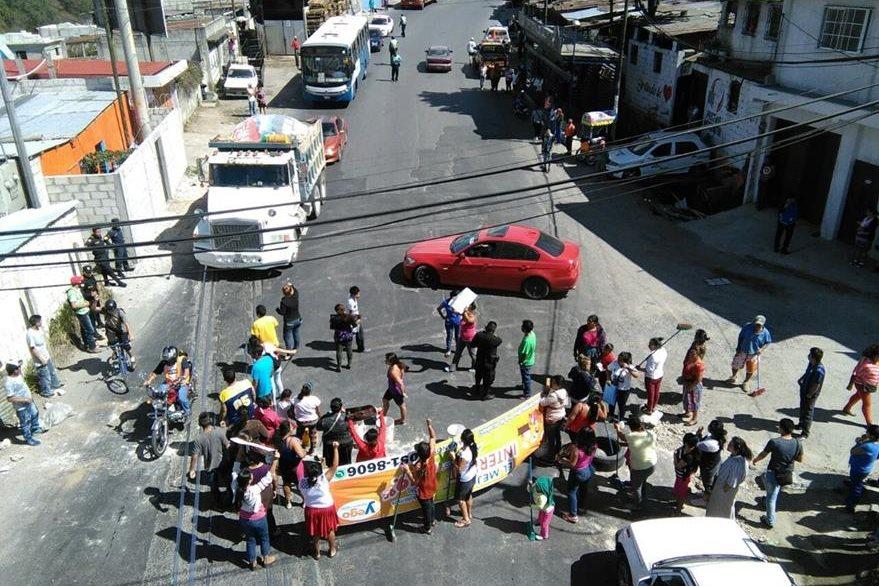 La molestia de la comunidad estudiantil bloqueó el tránsito desde San Miguel Petapa hacia la capital. (Foto Prensa Libre: Estuardo Paredes)