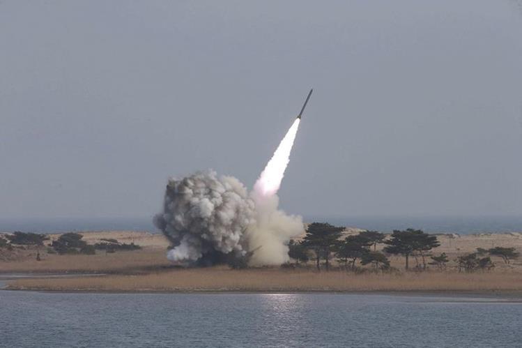 Corea del Norte difunde imágenes de sus pruebas de un nuevo sistema de lanzamisiles múltiple de largo calibre. (Foto Prensa Libre: EFE).