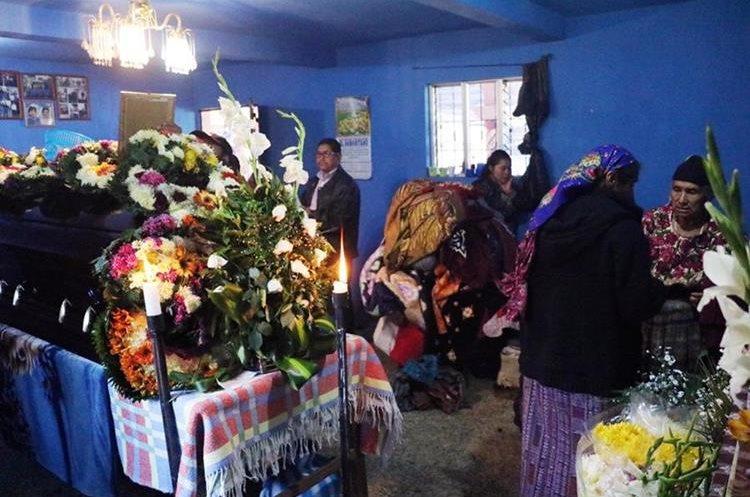 Familiares y vecinos asisten al velatorio