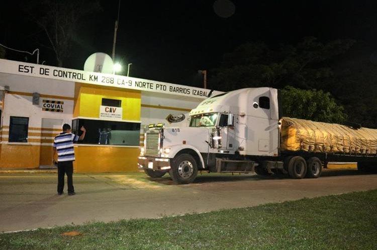 El vehículo con la carga de cemento fue llevado hasta un lugar donde fue pesado. (Foto Prensa Libre: Dony Stewart)