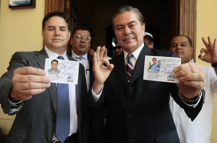 Mario Estrada y Roberto Díaz-Durán muestran sus credenciales de candidatos presidenciales por UCN.