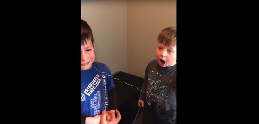 El video de un pequeño canadiense que ayuda a su hermano a extraerle un diente se ha hecho viral. (Foto Prensa Libre: Youtube)