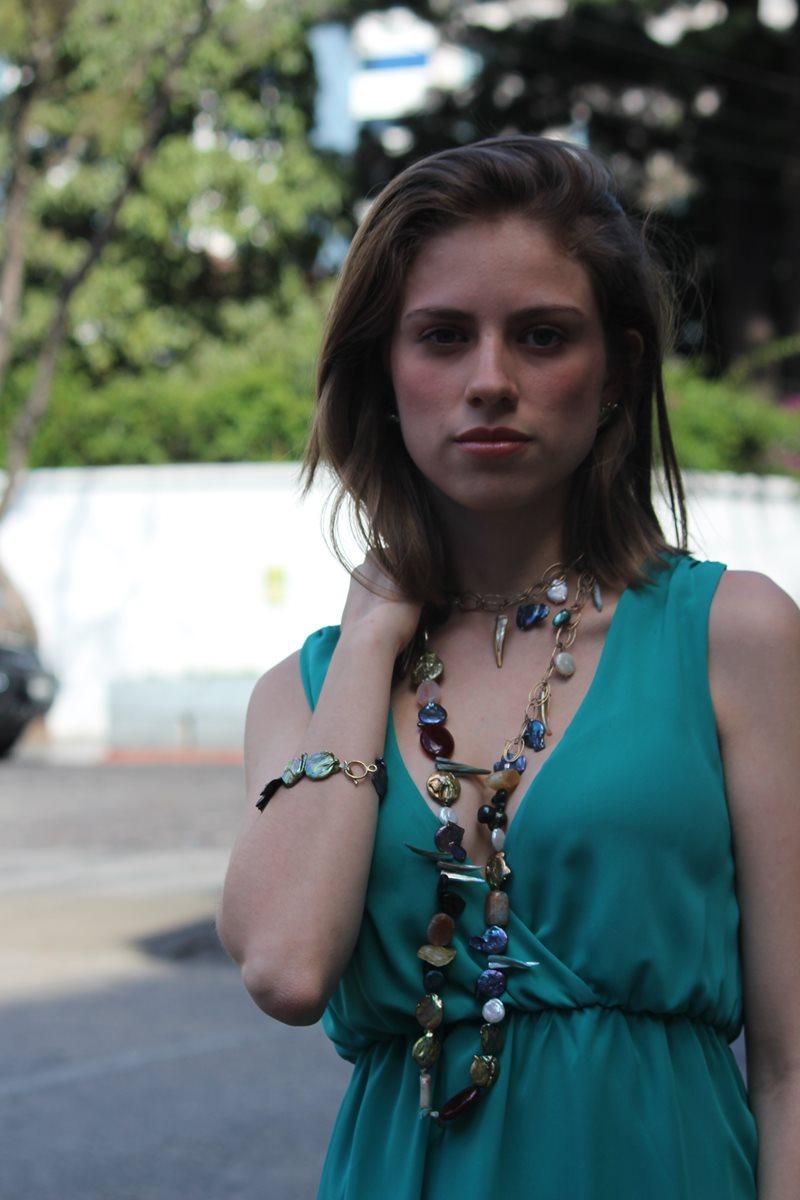 Madre perla, carnelia, citrina y perla hacen de este collar un accesorio elegante.