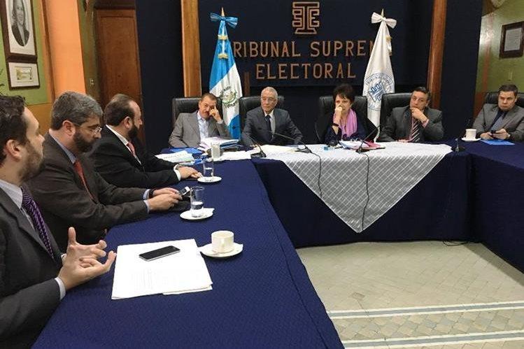Empresarios entregan propuesta de reforma a la Ley Electoral y de Partidos Políticos a los magistrados del TSE. (Foto Prensa Libre: Guatemala Visible)