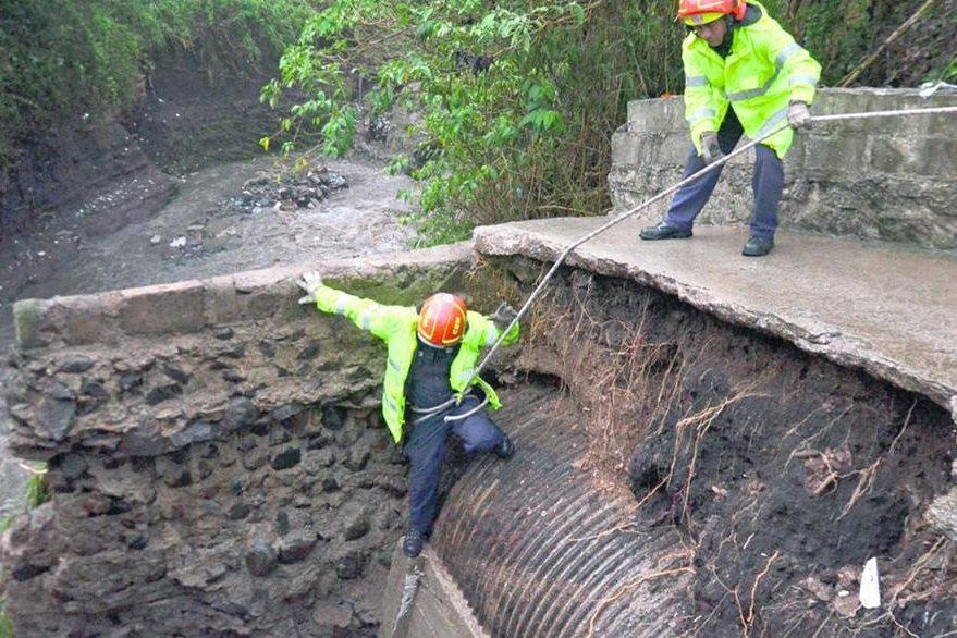 Bomberos Municipales buscan el cuerpo de Evelyn de la Vega. (Foto Prensa Libre: Hemeroteca PL)