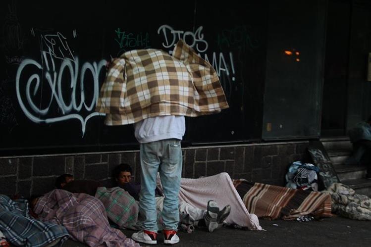 Las personas que pernoctan en la vía pública son las más vulnerables a las bajas temperaturas.(Foto Prensa Libre: Hemeroteca PL)