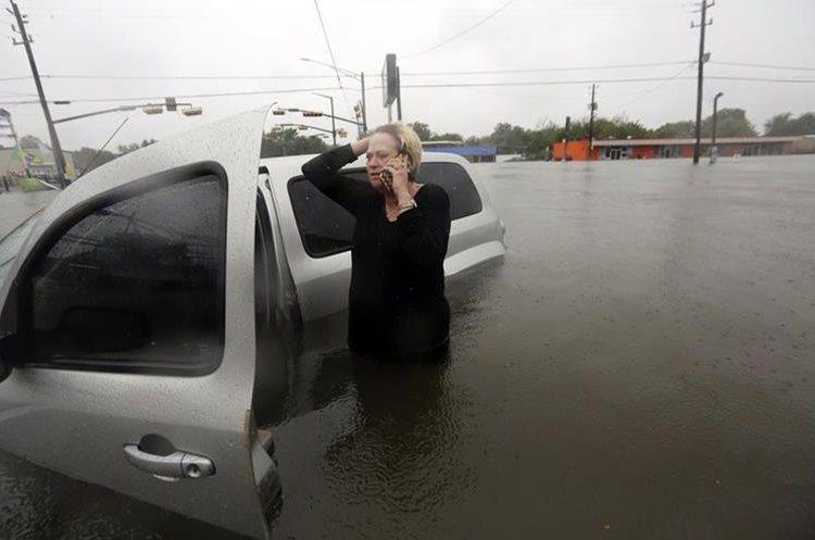 Rhonda Worthington habla a través de su teléfono móvil para solicitar ayuda al 911 al quedar varada en la lluvia.