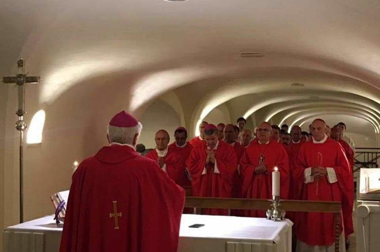 Los obispos participaron en una misa en la tumba de San Pedro. Foto Prensa Libre: CEG.