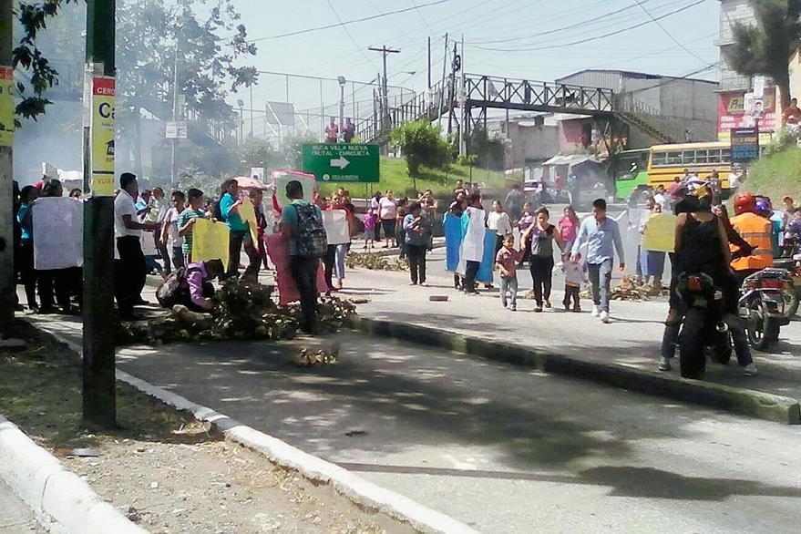 Padres de familia exigen la contratación de maestros para escuela de Villa Lobos II. (Foto Prensa Libre)