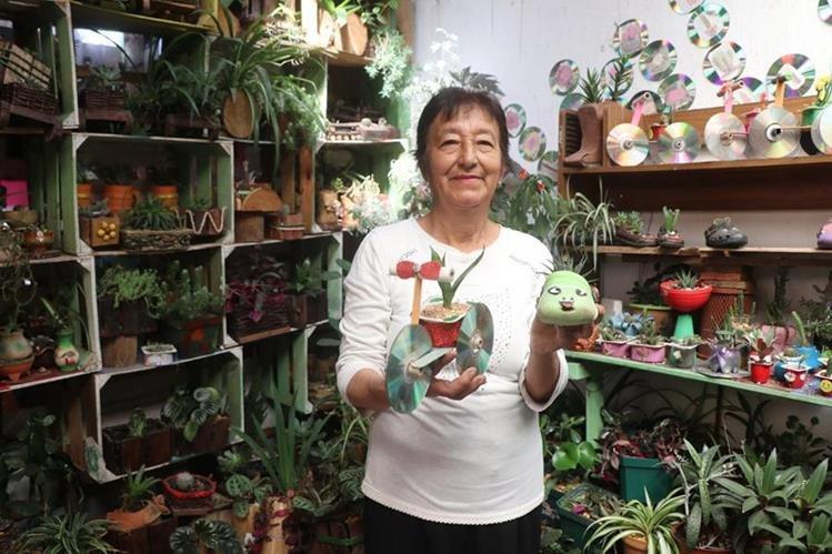 Leticia Barrios muestra las plantas ornamentales que han creado con materiales reciclables. (Foto Prensa Libre: Whitmer Barrera)