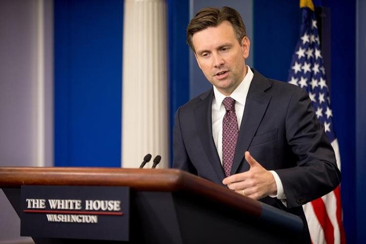 El portavoz de la Casa Blanca, Josh Earnest, en conferencia de prensa al dar el anuncio este jueves. (Foto Prensa Libre: AP).
