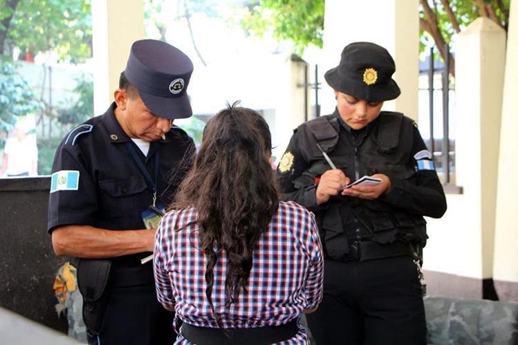 Autoridades toman declaraciones de la menor rescatada. (Foto Prensa Libre: Rolando Miranda)