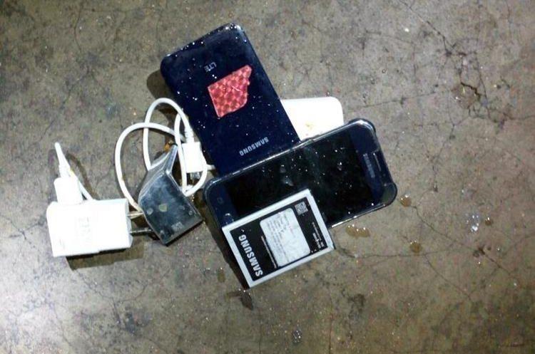 Las autoridades también localizaron cinco celulares durante la requisa que se efectuó en cárcel de Huehuetenango. (Foto Prensa Libre: Mike Castillo)