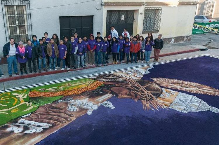 El 12 de febrero último, cuando salió la procesión extraordinaria de Jesús Nazareno de Candelaria, Cristo Rey, estudiantes de la Enap, hicieron una alfombra que se enfocó en esta imagen, frente a Eventos Católicos, 10 Av. A y 2a. calle, zona 1