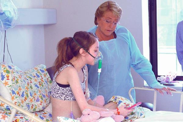 La mandataria chilena, Michelle Bachelet,  visita a Valentina Maureira, quien padece fibrosis quística y que pidió poner fin a su sufrimiento.