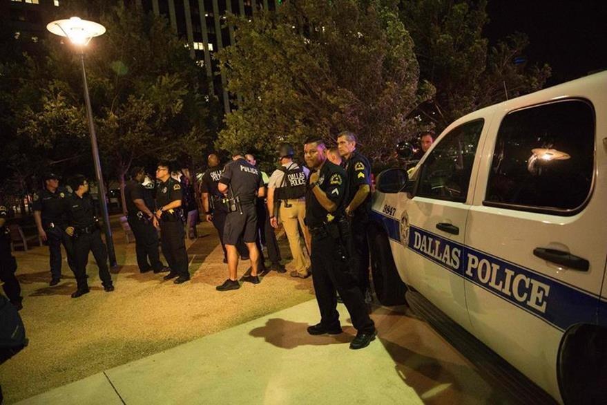 Agentes permanecen en una calle principal después de la balacera. (Foto Prensa Libre: AFP)