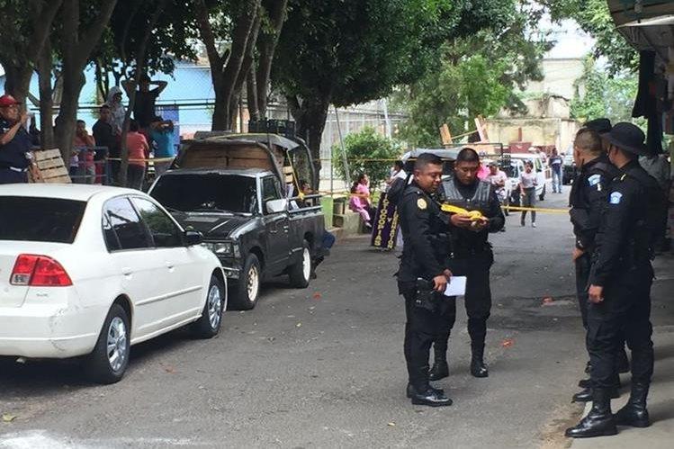 La policía revisa el área donde fue asesinada una mujer en la zona 16. (Foto Prensa Libre: Cortesía)