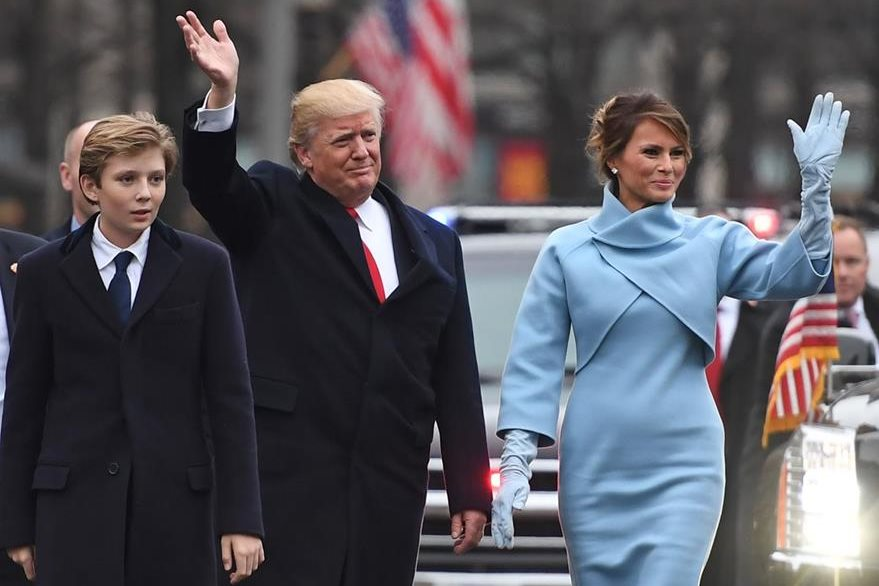 Barron camina en la Avenida Pensilvania junto a su padre, Donald Trump y su madre, Melania Trump. (Foto Prensa Libre: AFP).