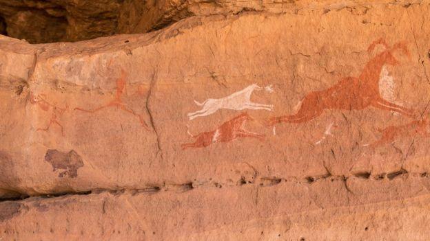 El arte rupestre, como este descubierto en Wadi Tashwenat, Libia, es prueba de la existencia de grandes mamíferos en el Sahara verde, dice el doctor McGee.  (Foto Prensa Libre: Getty Images)