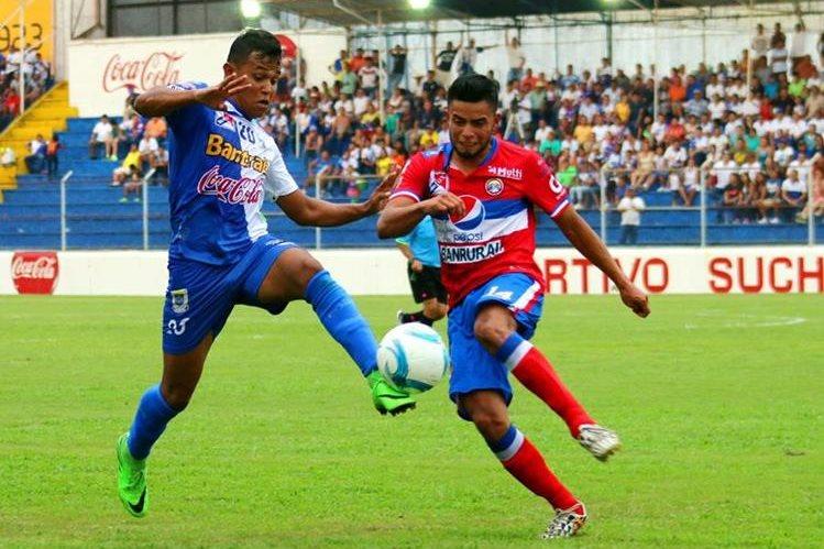 Los jugadores pelearon balón por balón en el Carlos Salazar. (Foto Prensa Libre: Rolando Miranda)
