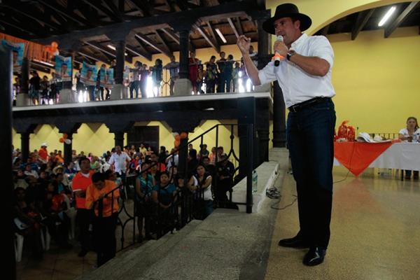 Alejandro Sinibaldi, durante una jornada de afiliación en en Sacatepéquez. (Foto Prensa Libre:Hemeroteca PL)
