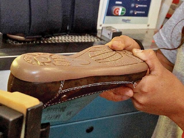 La Horma  es retirada del zapato, es cual es preparado para coserlo. El  operador de la máquina hace la costura que fija la suela a la pieza de cuero.