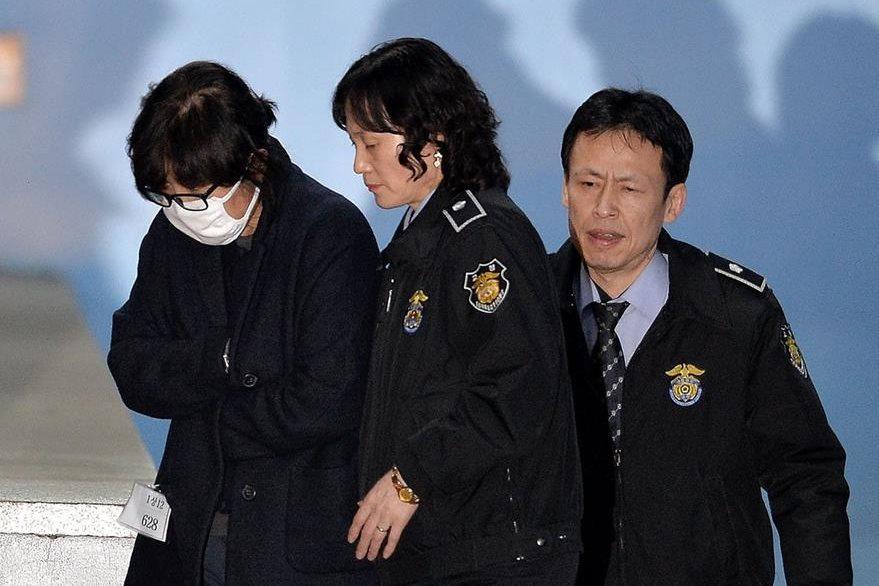 Choi Soon-Sil (izquierda) fue arrestada por caso de tráfico de influencias y corrupción en Corea del Sur. (AFP)