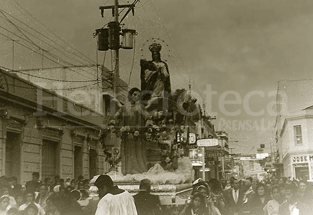 Rezado de la Virgen de Concepción de San Francisco en la década de los años 50. (Foto: Hemeroteca PL)