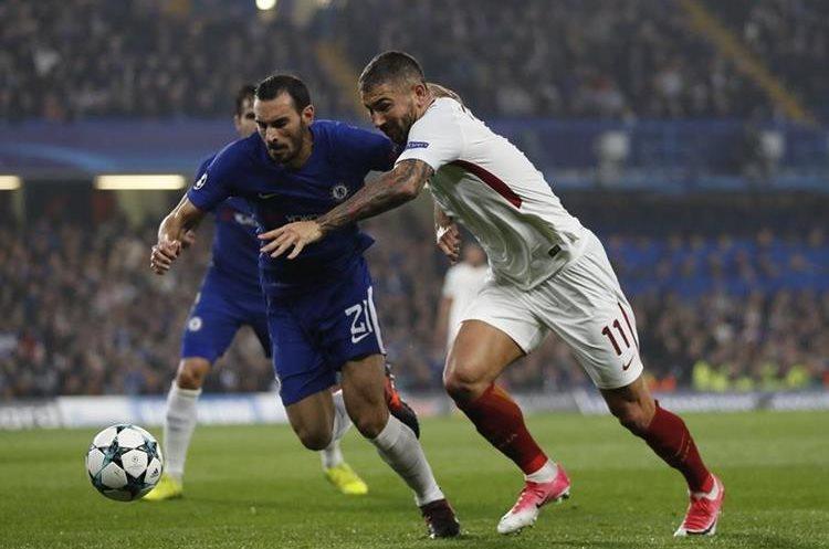 Davide Zappacosta del Chelsea disputa el balón con Aleksandar Kolarov.