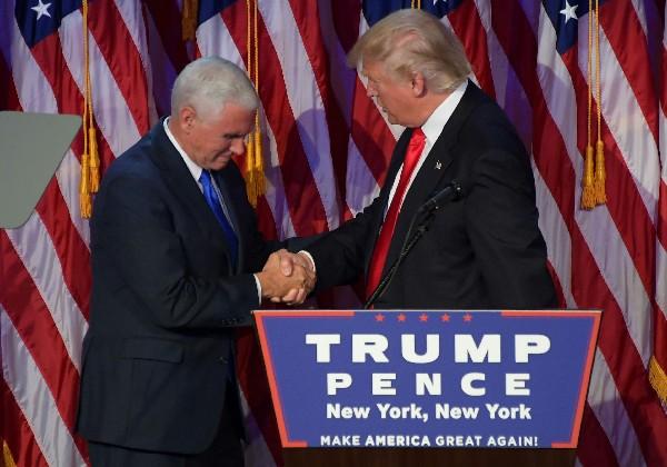 Donald Trump (d) saluda Mike Pence durante la noche de las elecciones. (Foto Prensa Libre:AFP).