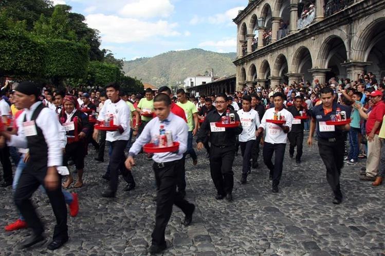 Meseros de varios departamentos participaron en la Carrera de las Charolas. (Foto Prensa Libre: Renato Melgar)