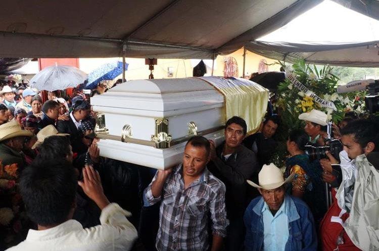 Momento en que el féretro parte de la vivienda de Claudia Gómez. (Foto Prensa Libre: Carlos Ventura)
