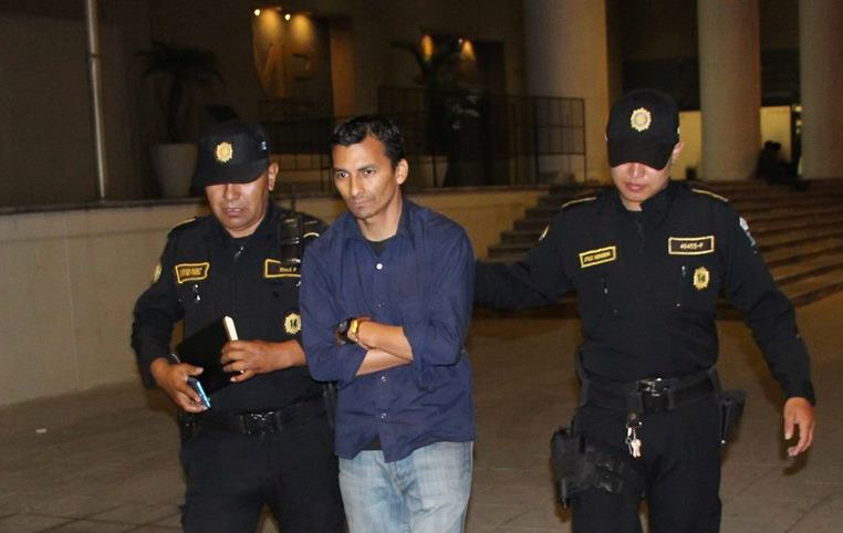 Manuel de Jesús Pérez Arias es conducido por la PNC a un juzgado. (Foto Prensa Libre: PNC).