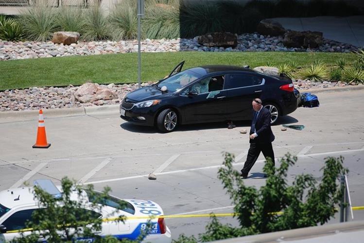 Un investigador revisa el área donde ocurrió la balacera en el aeropuerto Love Fields de Dallas. (Foto Prensa Libre: AP).