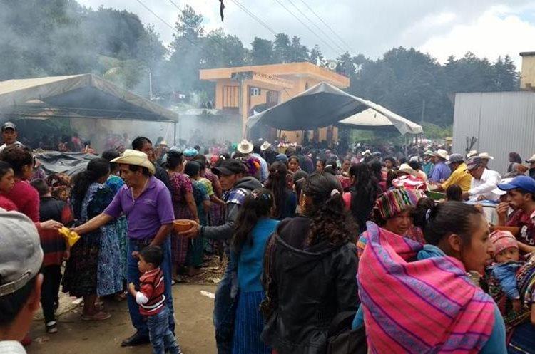 Durante el sepelio han llegado cientos de personas a San Juan Ostuncalco, Quetzaltenango, solidarizarse con los familiares de Claudia Gómez.