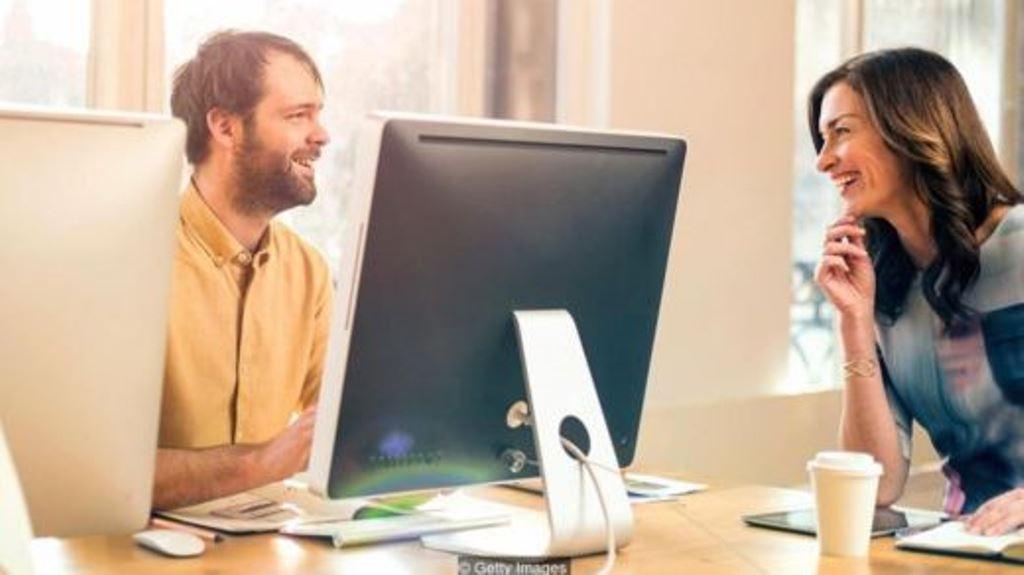 """La relación de """"esposos de oficina"""" es más intensa que otras amistades en el lugar de trabajo. Es como un matrimonio, pero sin el elemento romántico. GETTY IMAGES"""