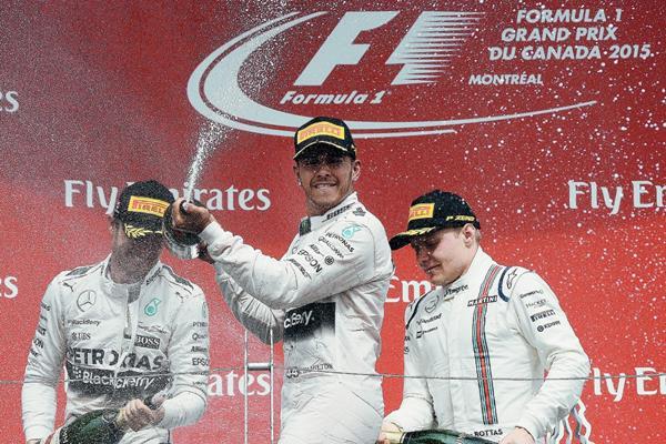Hamilton celebra el triunfo de este domingo en Montreal. (Foto Prensa Libre: AFP)