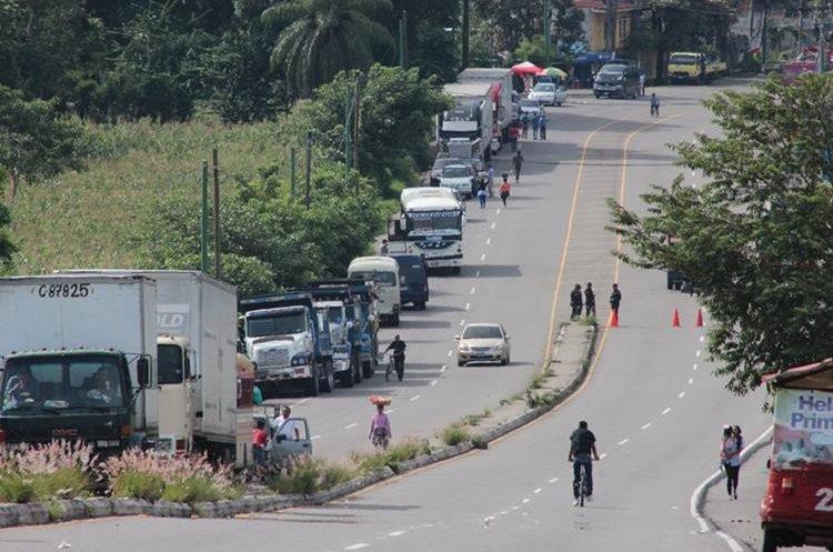 Varios kilómetros de vehículos se pueden observar en las rutas.